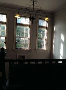 白漆喰の壁に木の階段、小ぶりのシャンデリア