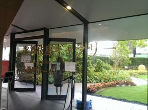 ギャラリー入口付近は壁が鏡になっていて後ろの屋上庭園が映りこむ