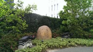 一代前の歌舞伎座の屋根瓦などが置かれ歴史をしのぶ場所に