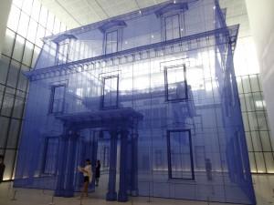 """濃い青のチュールで""""縫った""""家。中の韓屋が透けています"""