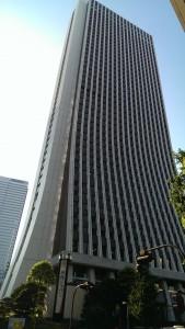 真夏に高層ビルを見上げるのはまぶしい・・・!損保ジャパンビルは新宿西口徒歩5分ほど