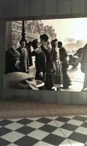 所蔵作品の一つ、ロベール・ドアノーの 「パリ市庁舎前のキス」はスクリーンで外の通路に!